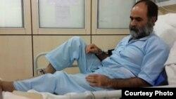 سعید رضوی فقیه در بیمارستان با دستبند و پابند - عکس از سایت «جرس»
