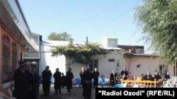 Во дворе дома убитых предпринимателей в джамоате Унджи в день похорон. 18 октября 2017 года