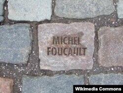 1984-cü ildə vəfat etmiş Michel Foucault-un xatirəsinə yaradılan daş. Tom Fecht