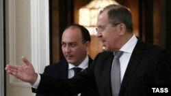 Даур Кове (слева) и глава МИД РФ Сергей Лавров во время встречи в Москве (архивное фото)