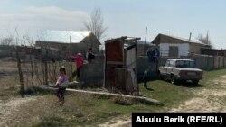 Дети играют на улице. Село Мырзатай, Жамбылская область, 28 марта 2020 года.