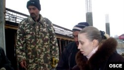Представитель одной из НПО раздает рабочим брошюры о правах трудовых мигрантов. Южно-Казахстанская область, март 2009 года.