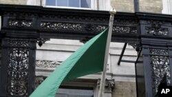 Либијската амбасада во Лондон, исто така се претвори во претставништво на опозицијата од северноафриканската земја