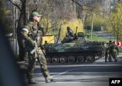 Проросийские боевики в украинском Донецке. 23 апреля 2015 года.