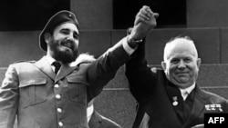 Фідэль Кастра (зьлева) і Нікіта Хрушчоў падчас чатырохтыднёвага афіцыйнага візыту ў Маскву, травень 1963 году