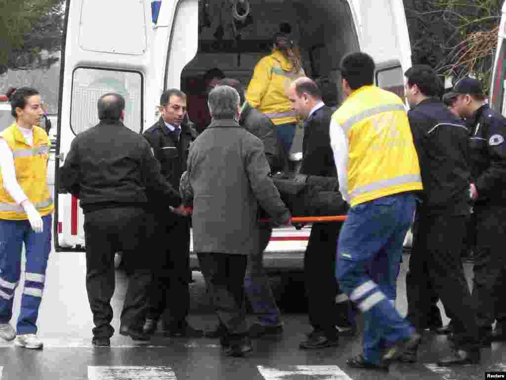 В Стамбуле сотрудники охраны украинского консульства ранили человека, который угрожал пронести в здание бомбу. Злоумышленник, заявлявший о намерении разобраться в консульстве с проблемами своей украинской жены, госпитализирован. Помимо него никто не пострадал.