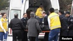 "Раненого мужчину укладывают в карету ""Скорой помощи"", Стамбул, 9 марта 2010 г."