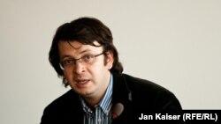 Эмин Милли проживает в Германии, куда он уехал после закрытия бакинского офиса «Мейдан ТВ»