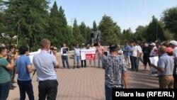 Группа жителей Шымкента на акции с призывом освободить заключенного бывшего главу компании «Казатомпром» Мухтара Джакишева и других граждан, которые, по мнению правозащитников, подверглись преследованию по политическим мотивам. Шымкент, 4 августа 2019 года.