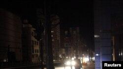Мужчына ў цемры пасьля землятрусу 7 красавіка ў Ямагаце