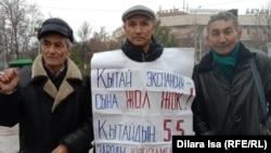 Шымкентский активист Нурлан Сыздыкбек (в центре), вышедший на пикет 3 февраля 2020 года.