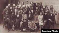 Нариманов исемендәге татар мәктәбе. Уртада - мөдир Сара Шакулова
