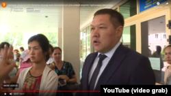 На фрагменте кадра из видео — Шахмерден Рыспаев в бытность акимом Алатауского района Алматы. 16 июля 2019 года.