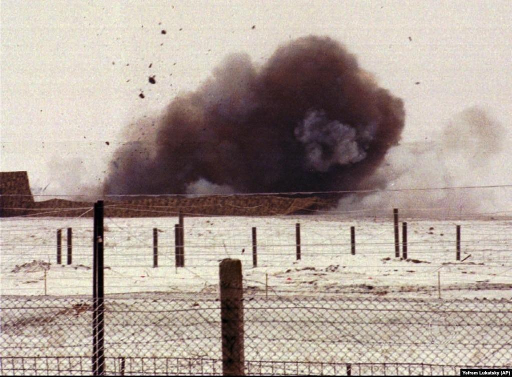 Дым от взрыва пусковой установки близ Первомайска 5 января 1996 года