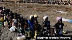 ثبت نام زنان و کودکان برای بدست آوردن کمک سازمان جهانی غذا
