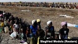 Žene i deca prilikom registrovanja za hranu i vodu u Južnom Sudanu