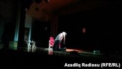 """Nihad Qulamzadə """"Əsa"""" teatrının səhnəsində."""