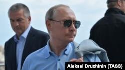 Владимир Путин и Сергей Аксенов (л) в Гурзуфе, 24 июня 2017 года
