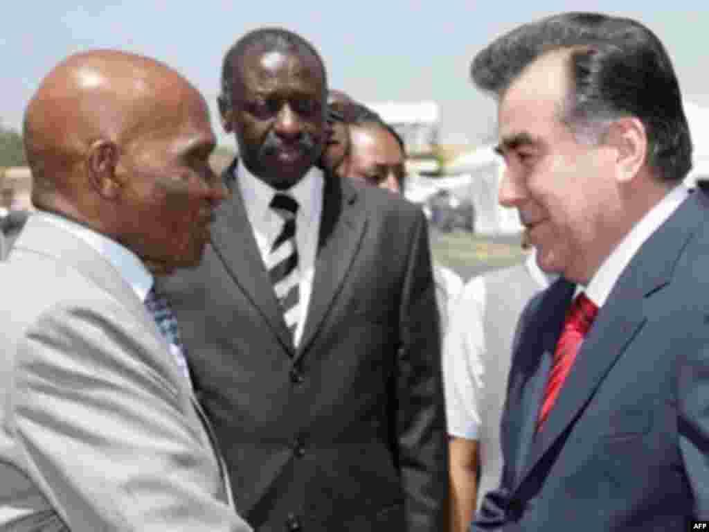 Дакар, Сенегал 12 март - Раисҷумҳури Тоҷикистонро дар фурудгоҳи Дакар ҳамтои сенеголияш Абдулло Вейд пешвоз гирифт.