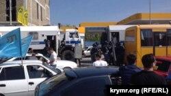 Учасників автопробігу заблокували автозаками на автостанції «Західна» в Сімферополі, 18 травня 2015 року