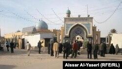 زوار ايرانيين امام احدى اضرحة النجف