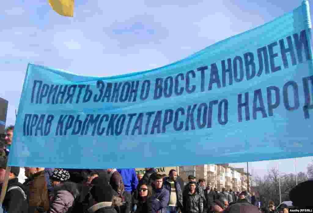 Акмәчеттә кырымтатарлар Януковичка каршы җыен үткәрә. 23 февраль 2014