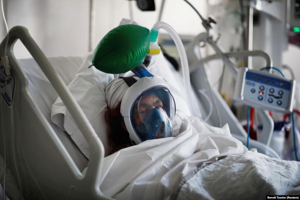 COVID-19 вирусын жұқтырған науқас өкпеге ауа жеткізетін аппаратпен тыныс алып жатыр. Париж. 1 сәуір 2020 жыл.