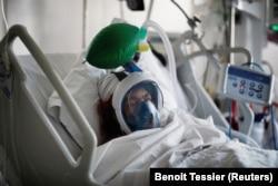 Пациент с COVID-19, подключенный к аппарату искусственной вентиляции легких в парижской больнице, 1 апреля 2020 года.