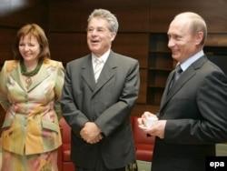 Putin (right) and Lyudmilla with Austrian President Heinz Fischer