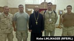 მამა ისააკი და კობა ლიკლიკაძე (მარჯვნიდან მეორე) ქართველ სამხედრო მოსამსახურეებთან ერთად (ერაყი, 2008 წ.)