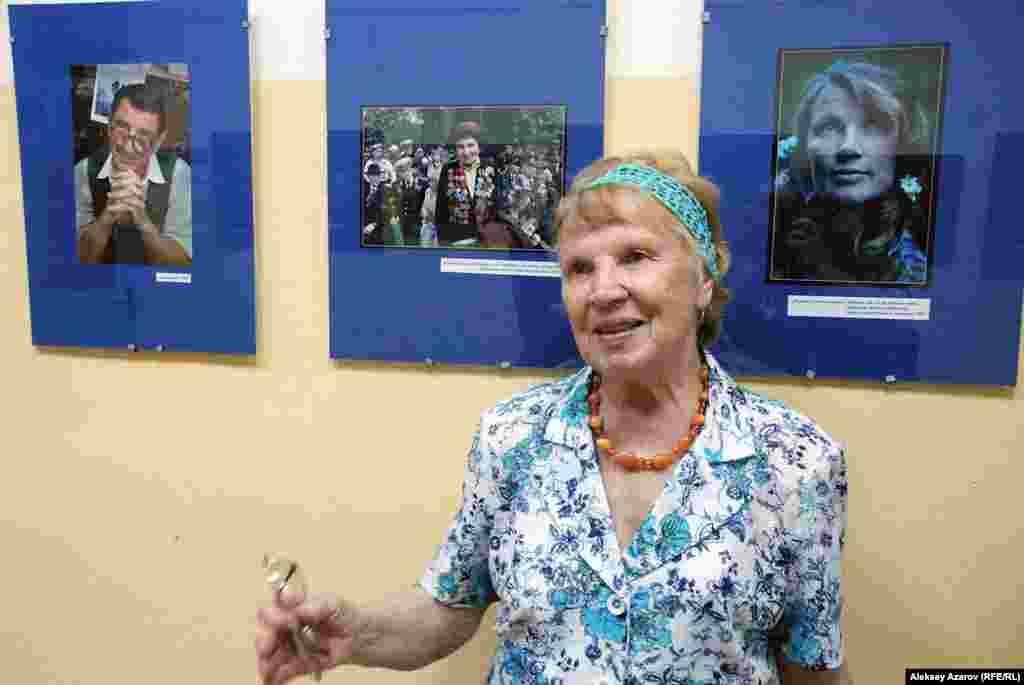«Портрет в лунном свете», сделанный в 1965 году, получил премию международного конкурса «За социалистическое фотоискусство», бронзовую медаль в Брюсселе, медаль в Реймсе, дипломы. На нем изображена жена фотохудожника, Галина Августовна. Спустя 50 лет она стоит рядом с этойфотографией.