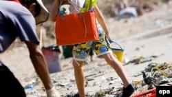Этот пляж не попал в число других сухумских пляжей, которые городские власти вылизали перед курортным сезоном. Здесь нет ни одной урны