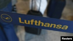 Germany -- Passengers wait in front of a desk of air carrier Lufthansa at the Fraport airport in Frankfurt, 07Sep2012