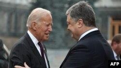 Președintele Petro Poroșenko salutîndu-l pe vicepreședintele american Joe Biden