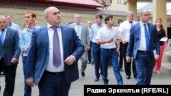 Мэр Махачкалы Муса Мусаев шагает на переднем плане