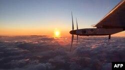 Самолет на солнечных батареях Solar Impulse 2 во время полета. 29 июня 2015 года.