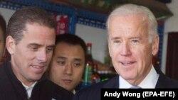 Вице-президент Джо Байден (справа) и его сын Хантер Байден (слева) во время поездки в Китай в декабре 2013 года