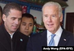 Джо Байден (оң жақта) мен Хантер Байден (сол жақта) Пекинде. 5 желтоқсан 2013 жыл.