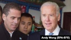 Джо Байден (справа) в бытность вице-президентом США и его сын Хантер Байден (слева) во время поездки в Китай в декабре 2013 года.