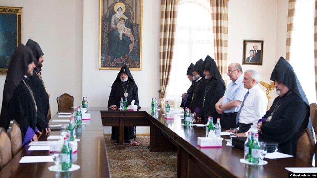 Высший духовный совет считает неприемлемыми и предосудительными «антиканонические действия» последних недель