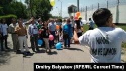 Алматыдағы тергеу изоляторының алдында қамалған журналист Жанболат Мамайды қолдап тұрған азаматтар. Маусым айы, 2017 жыл.