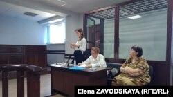 Справа налево: ответчица Ольга Брюханова, ее адвокаты - Теа Чагунава и Рамина Пасания