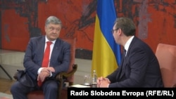 Ukrainian President Petro Poroshenko (left) meets with Serbian President Aleksandar Vucic in Belgrade on July 3.