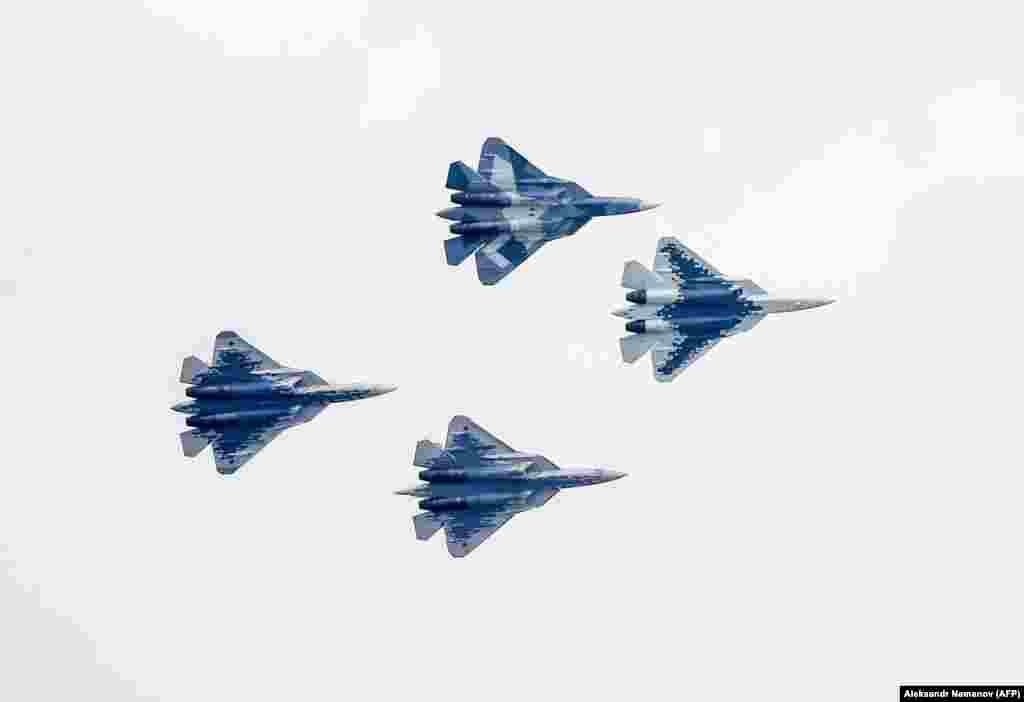 Четыре истребителя Су-57 во время церемонии открытия Международного авиационно-космического салона МАКС-2019 в Жуковском.