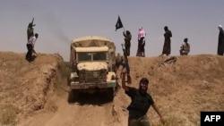 """Предположительно члены группировки """"Исламское государство"""" размахивают флагом ИГ. Фото из Twitter'a."""