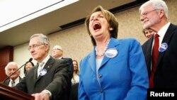 زعيمة الأقلية الديمقراطية في مجلس النواب الأميركي نانسي بيلوسي تضحك بقوة، عندما أطلق زعيم الأغلبية الديمقراطية في مجلس الشيوخ هاري ريد نكتة في مؤتمر صحفي بواشنطن.