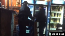 Кадр видео из Интернета, на котором сотрудники охранной фирмы, как предполагается, избивают посетителей кафе.