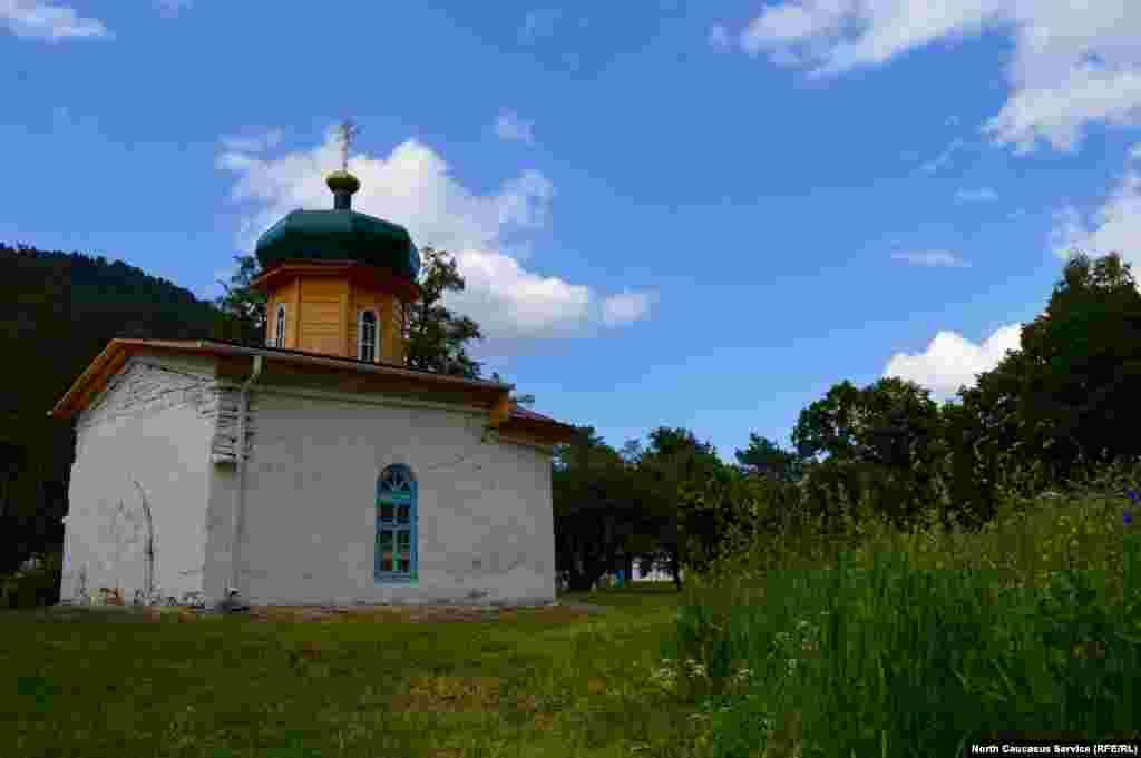 Южный Зеленчукский храм находится в центре городища. Одна из версий гласит, что его построила феодальная знать