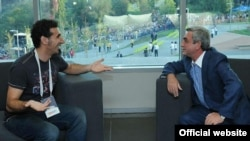 Армения - Встреча президента Армении Сержа Саргсяна (справа) с всемирно известным рок-музыкантом Сержем Танкяном (слева), Ереван,14 августа 2011 г.