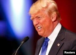 Дональд Трамп выступает на встрече с избирателями Айовы